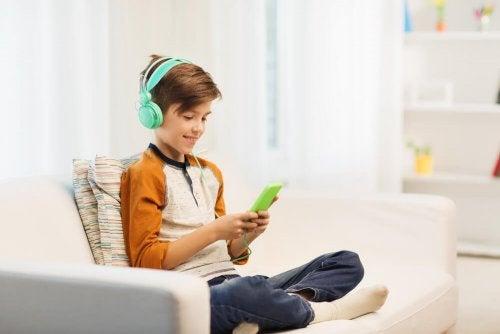 Menino jogando videogame