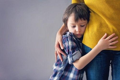Menino demonstrando feridas emocionais por falta de apego