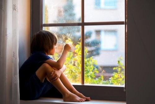 Menino com feridas emocionais por estar sempre sozinho
