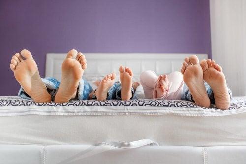 Por que as crianças devem dormir com os pais?