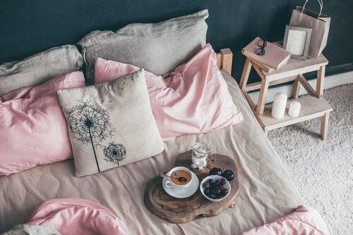 5 dicas para decorar a cama e fazê-la parecer sempre perfeita