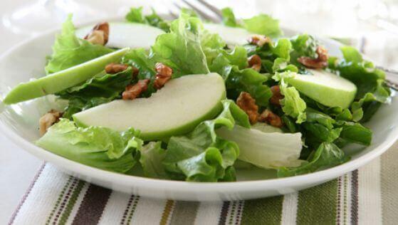 Deliciosa salada de maçã verde e salsão