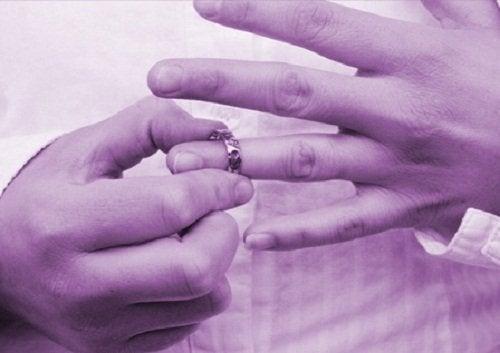 Homem tirando aliança porque seu casamento acabou