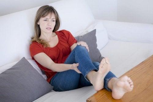 Mulher com dores nas pernas