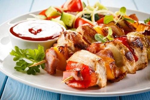 Espetos de frango com vegetais