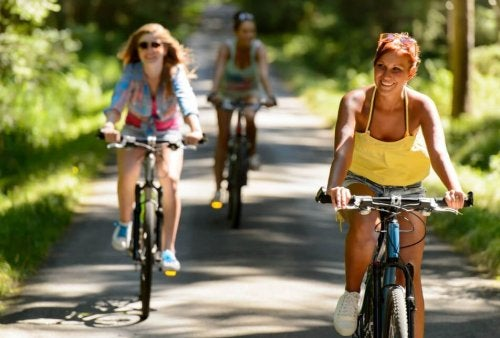 Mulheres andando de bicicleta