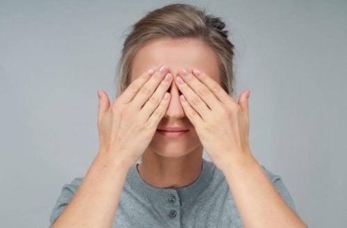 Fazer massagem nos olhos envolve cuidar da higiene dos olhos