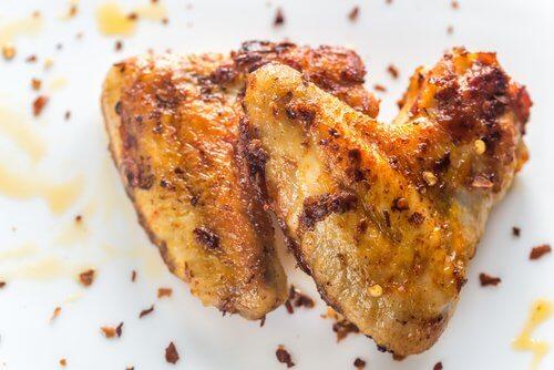 Delicioso frango assado com limão e legumes