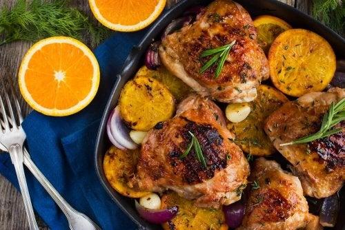Delicioso frango assado com laranja e alecrim
