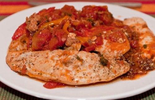 Peito de frango com tomate