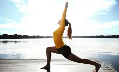 Mulher praticando posturas de ioga para recarregar as energias