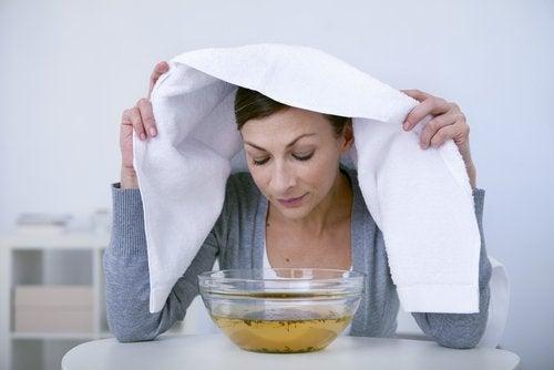 Mulher fazendo banho de vapor com remédio com louro