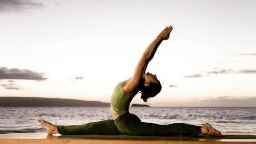 Mulher praticando ioga para ajudar a queimar calorias
