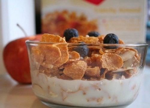 Iogurte com cereal e frutas