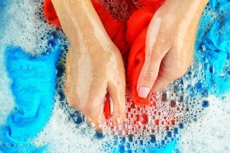 Lavar à mão ajuda a manter a cor das roupas