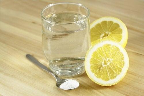 Água com bicarbonato e limão ajuda a reduzir a dor abdominal