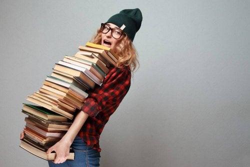 Menina carregando livros velhos