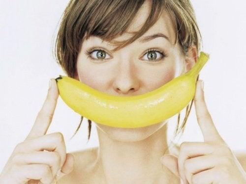 Mulher com a pele linda graças às máscaras com plátano