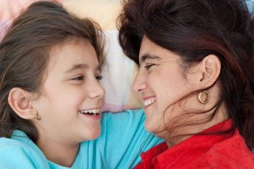 Mãe ensinando a sua filha a conversar