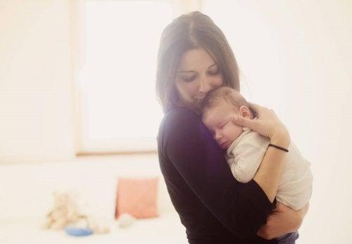 Mãe ninando seu filho bebê