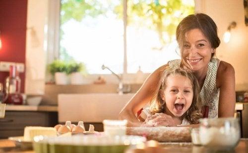 Mãe em casa com sua filha