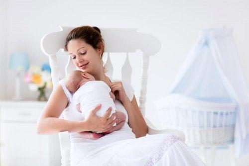 O contato físico com nossos filhos é necessário para se recuperar após o parto