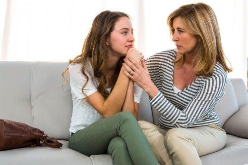 Mãe apoiando a filha adolescente
