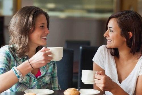 Mulheres bebendo café e conversando