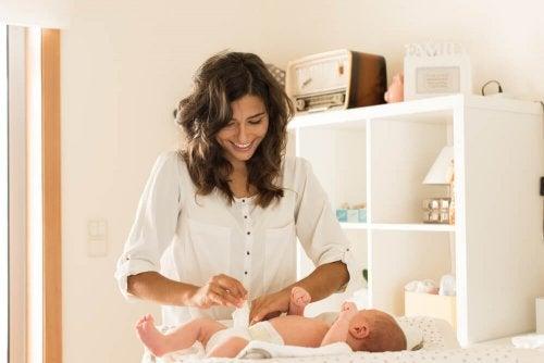 Mudar as fraldas com frequência ajuda a aliviar as brotoejas em bebês
