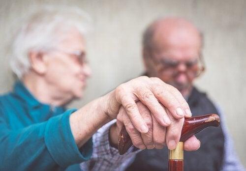 Esposa ajudando um paciente com Alzheimer