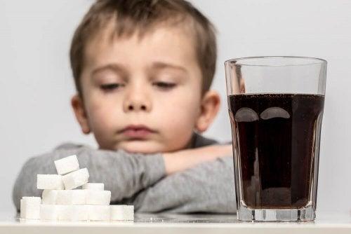 Refrigerante e açúcar não constituem uma boa alimentação para crianças