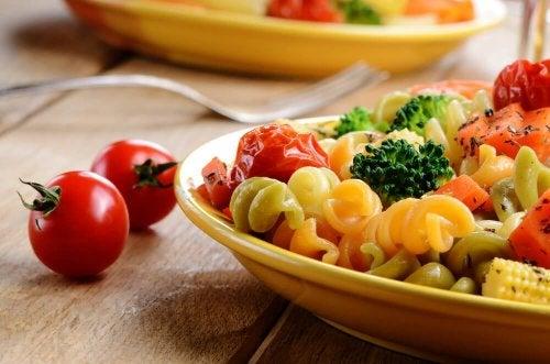 Prato de macarrão saudável