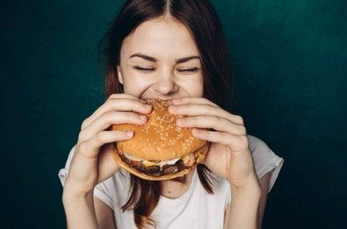 Água ajuda a perder peso porque evita comer fast food