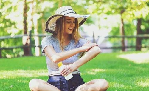 Mulher passando protetor solar