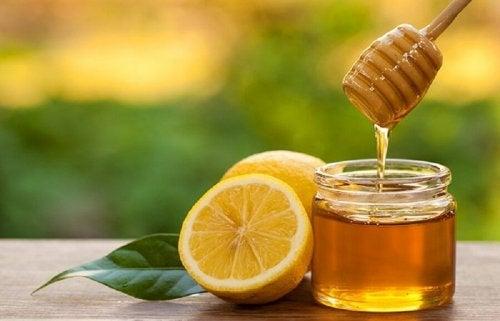 O mel com limão é um tratamento para a pele gordurosa