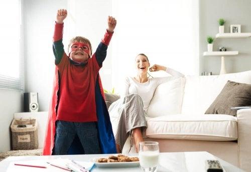 Menino vestido de súper herói com a mãe