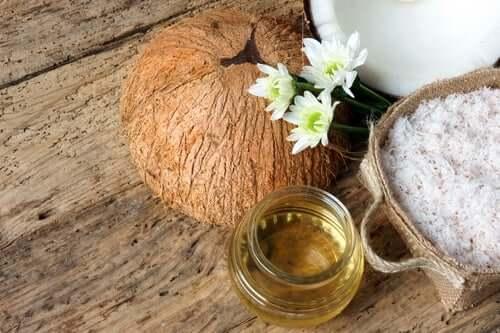 Além de hidratar os pés quando estão muito secos, o óleo de coco também elimina as células mortas