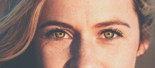 Mulher sem olhos cansados