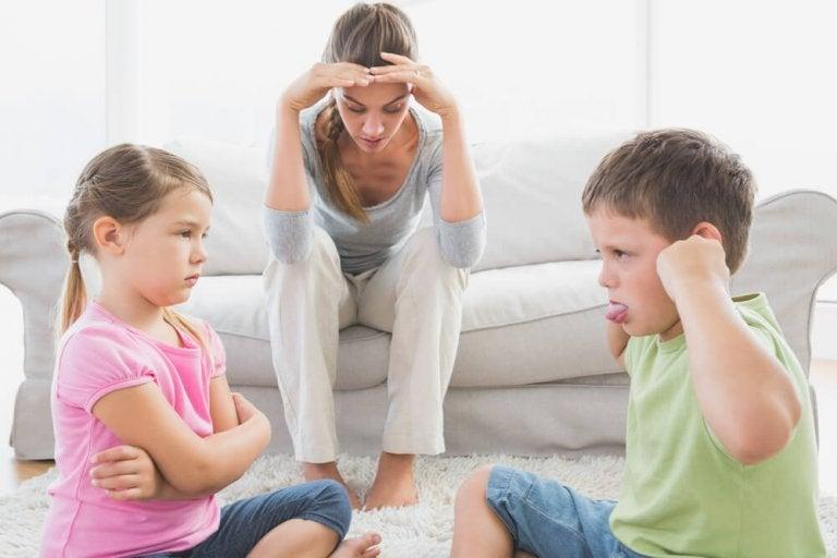 Por que algumas crianças se comportam mal na presença de sua mãe?