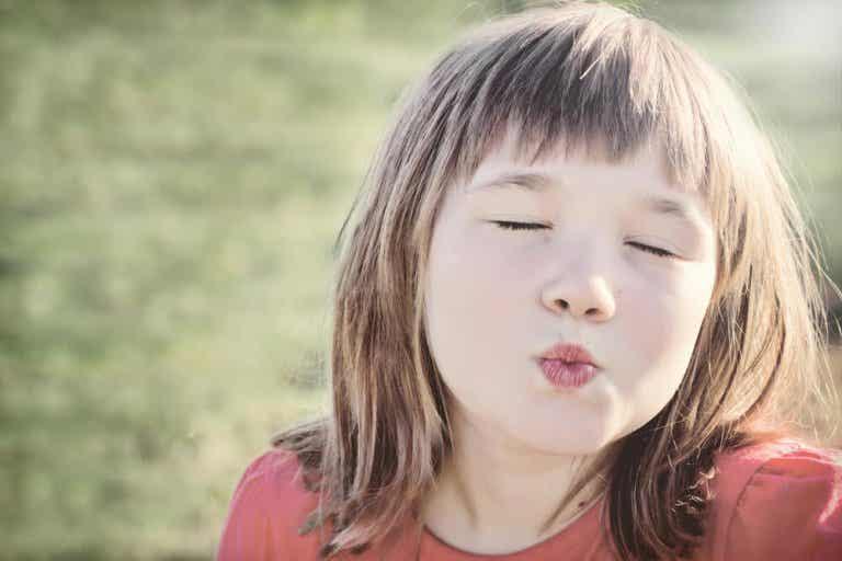 Por que não se pode obrigar as crianças a darem beijos?