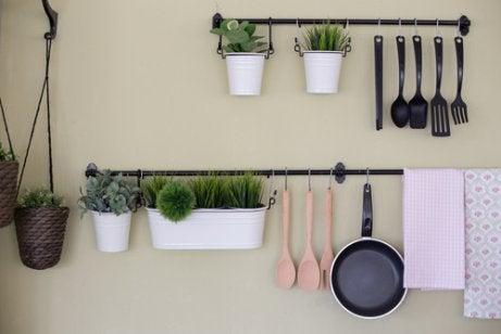 4 maneiras econômicas de fazer uma prateleira de cozinha