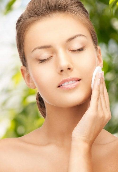 Mulher aplicando um tônico facial