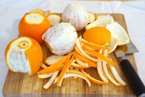 Tire a casca da laranja para preparar um delicioso flã de laranja