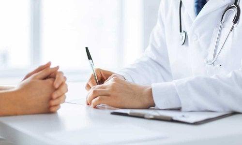 Pessoa consultando o médico sobre o câncer de pulmão