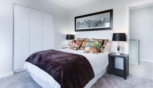 Quarto organizado com cama feita