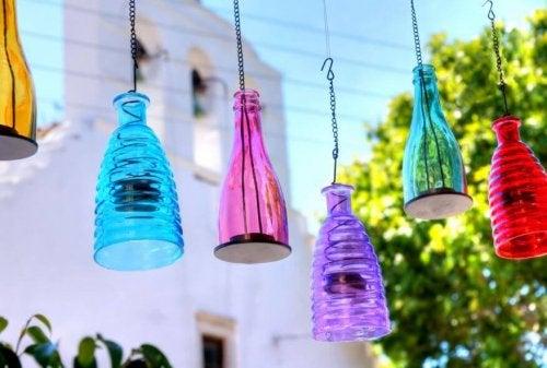 Pode reciclar garrafas para fazer luminárias