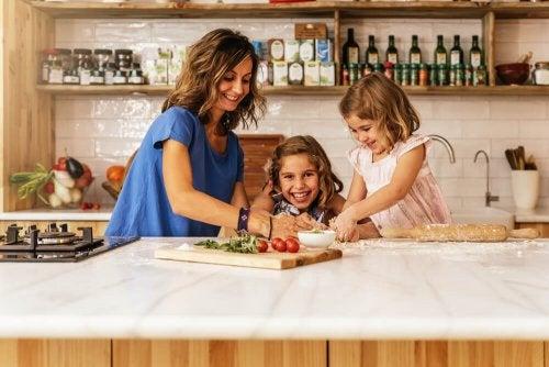 Crianças se comportando bem na cozinha