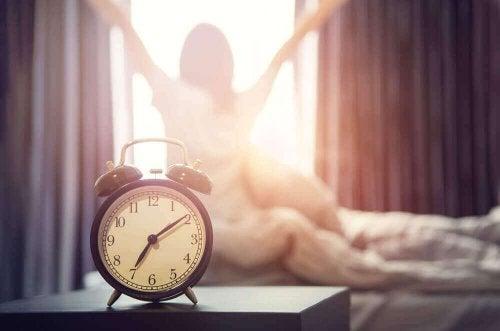 Mulher acordando pela manhã