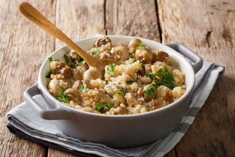 Risoto de quinoa com champignons, frango e alho-poró