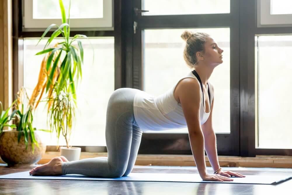 Rotina de ioga para aliviar a dor nas costas